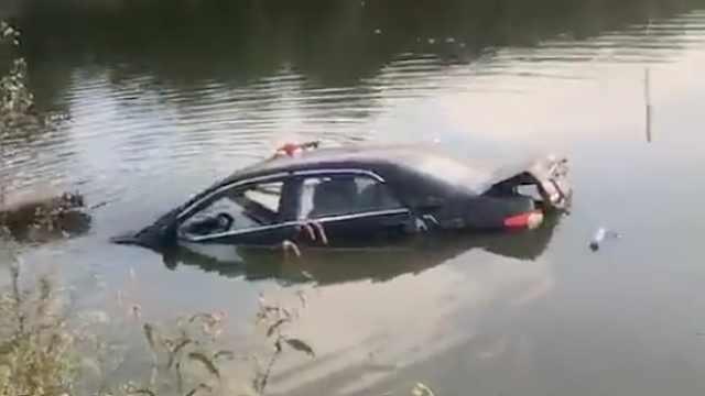 小车失控冲进池塘,老太受惊吓落水