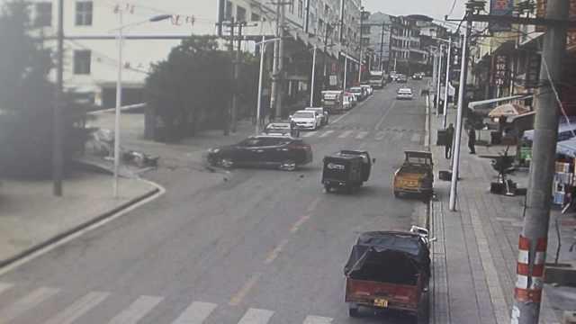 斜坡停车没拉手刹,小车后溜撞进店
