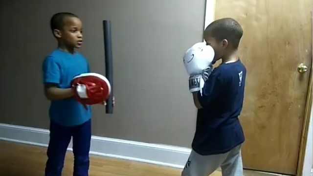 超有爱!双胞胎哥哥教弟弟练拳击