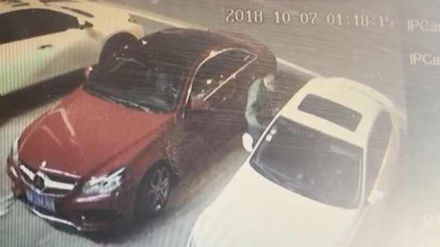 男子一晚连砸70辆车偷4千元:来钱快