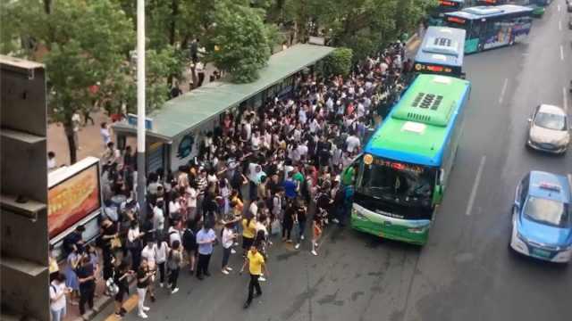 深圳地铁3号线延误,人潮挤爆公交站