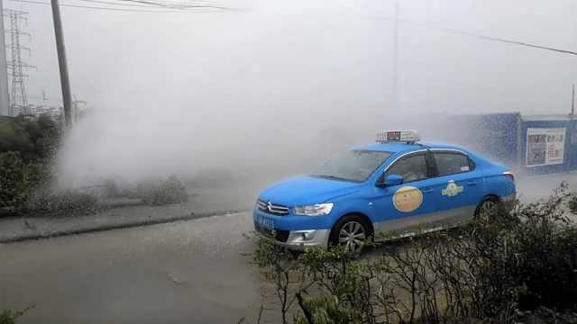 水管被挖破喷数米高,车辆蹭水洗车