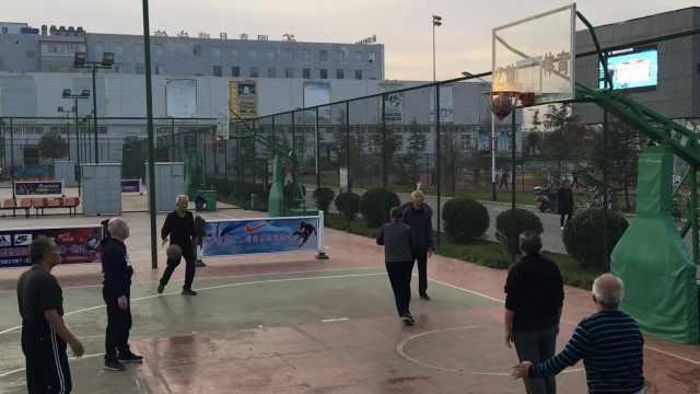 一群白发翁组篮球队,最年长者73岁
