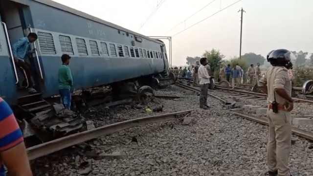 印度火车9节车厢脱轨,致7死35伤