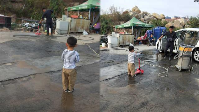 被暖到!洗车行耐心给男孩洗滑板车