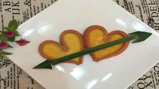 2个鸡蛋,2根火腿肠,制作浪漫早餐