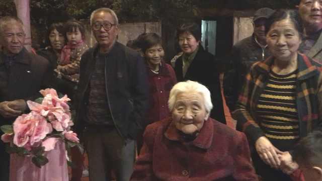 百岁老太生日,街坊凑钱办晚会祝寿