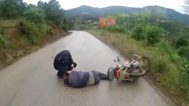 他做客归来大醉,摔倒路中呼呼大睡