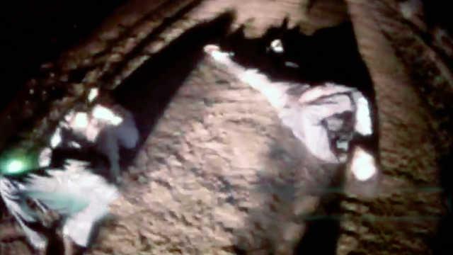 2醉酒男横躺路中央,民警按摩救醒