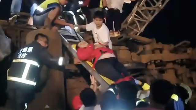 台湾列车脱轨:17人遇难121人伤