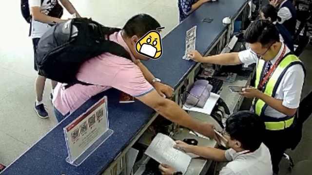 航班被取消,男子拿iPhone扇地勤脸