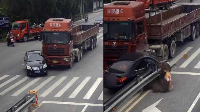 货车拦腰撞变道轿车,司机险被甩出