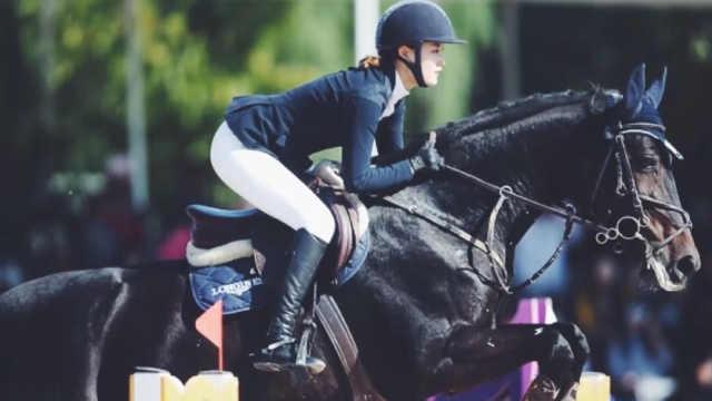 骑士精神!20岁女生学马术更加坚强