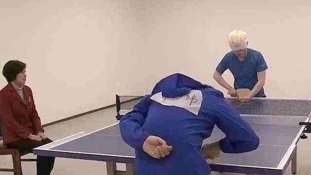 盲人乒乓球赛:戴眼罩听声辨位