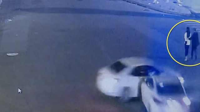 2车相撞失控翻车,又怼飞2无辜路人