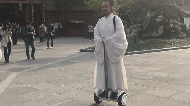 上天!80后古装男踩平衡车,御剑飞行