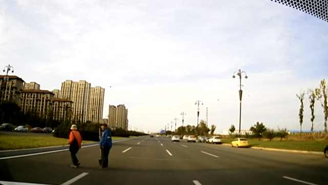 女子横穿马路遭二次碾轧,后车免责