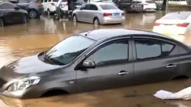 街头水管爆裂,马路成汪洋小车被淹