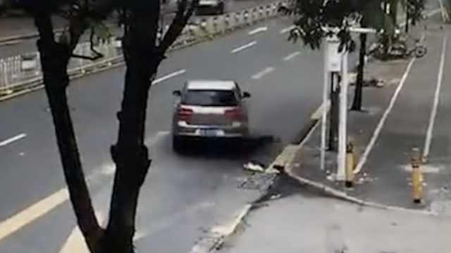 男子醉倒马路,4分钟后遭小车碾压