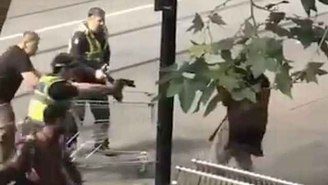 恐怖!墨尔本一男子持刀伤人致3伤