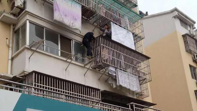 幼童头卡防盗窗悬空,2人徒手爬楼救