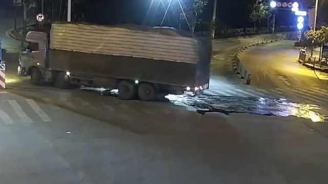 痛!货车漏油洒一地,10余车接连摔惨