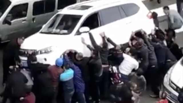 她被卷车底抛出3岁孙,20人抬车救