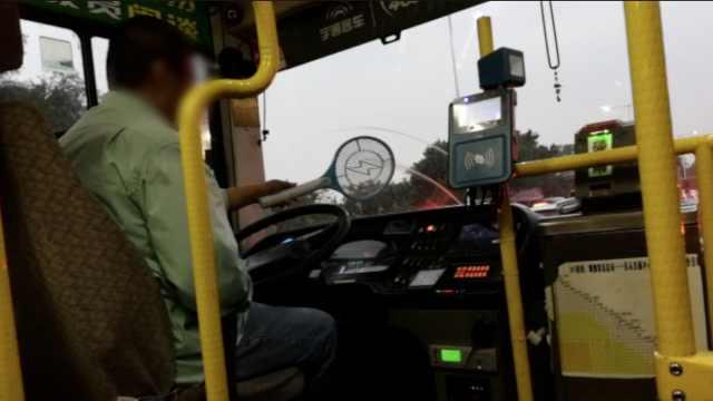 险!公交行驶中,司机电蚊拍打蚊子