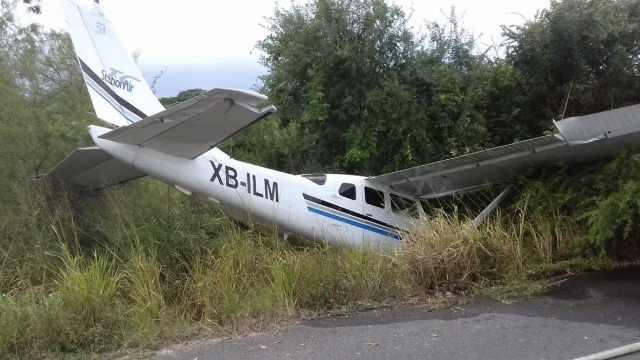 墨飞机坠毁,路上两摩托车手被砸死