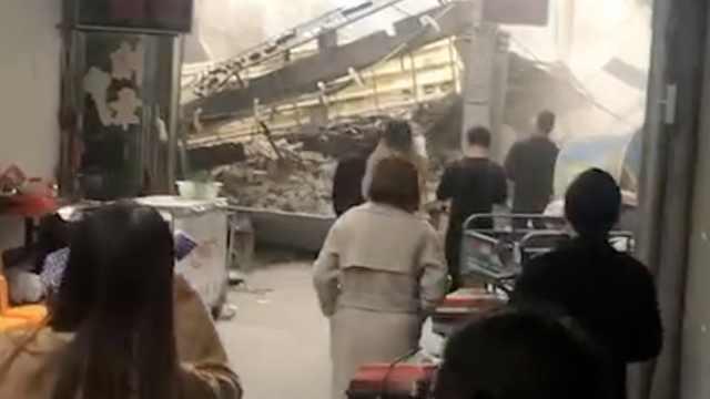 2层民房突倒塌,7旬老人被埋后获救