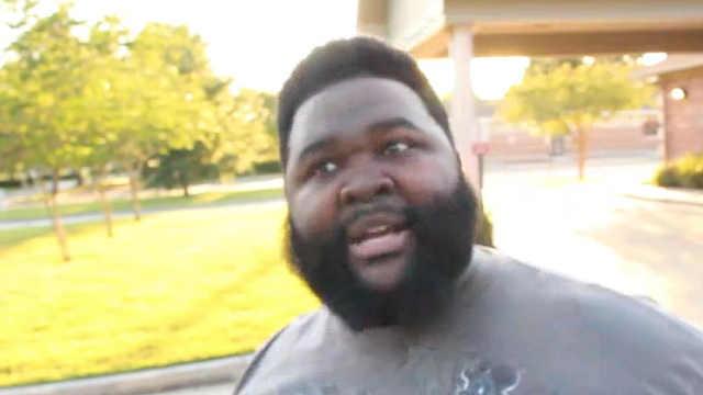 一位黑人小哥讲话自带节奏感