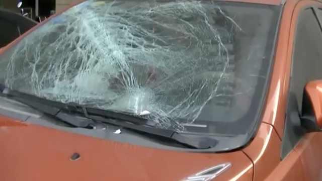 惊魂!27楼掉下一扇窗,2车受损1人伤