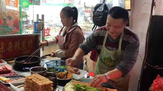 励志!山东小哥卖煎饼果子狂飙英文