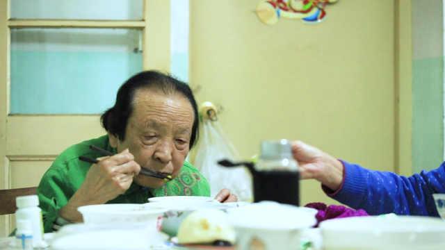 90岁抗战女兵资助近百人