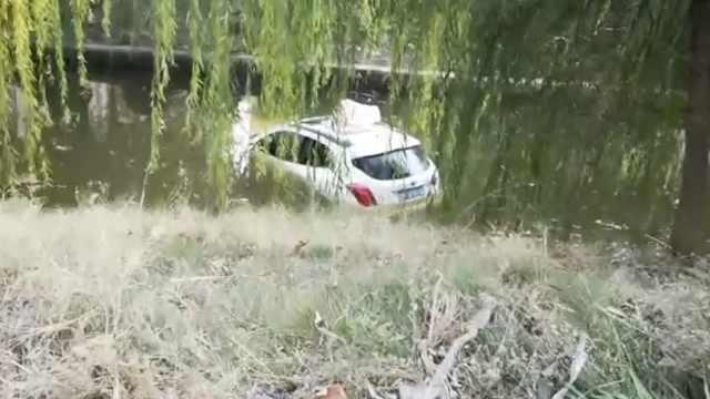 车溜进河,女车主围观:没想到是我的