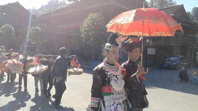 侗寨5对新人办婚礼,这婚俗有400年