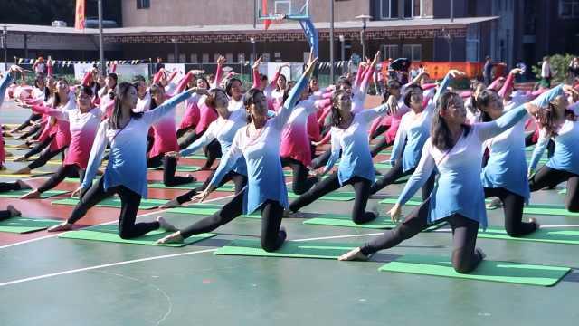 小学校运会开幕,妈妈团演百人瑜伽