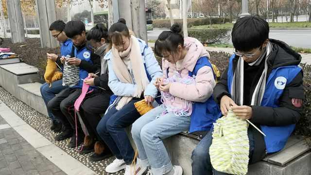 大学生卖废品买线,织300围巾送环卫