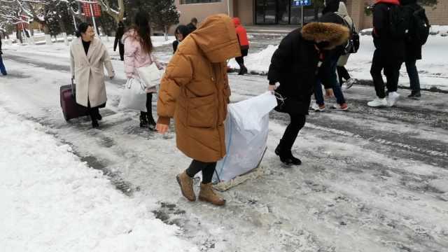 高校雪后变冰场,学生自制雪橇搬家