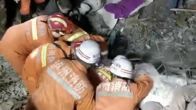 泸州滑坡1人遇难,消防扒废墟救人
