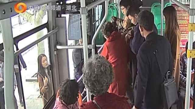老人公交车上晕倒,司机闯红灯送医