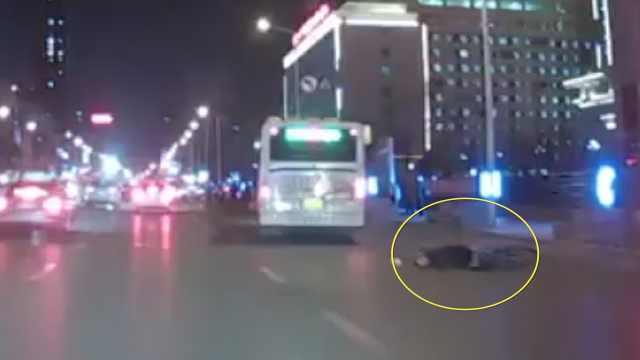 美女驾车拦截公交,却被市民一顿夸
