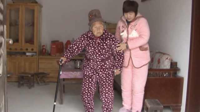 儿媳照顾瘫痪婆婆20多年,同睡1张床