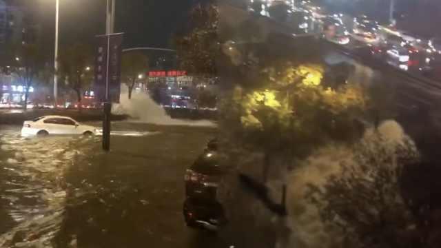 南京水管爆裂,马路隧道积水车被淹