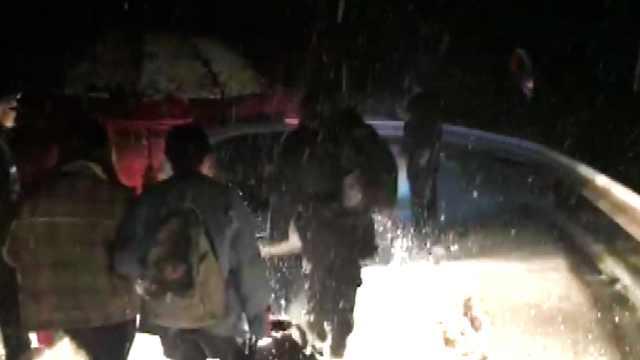 2女学生困雪山被救:感谢救我狗命