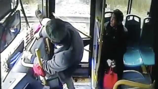 男子因尿急,2次抢夺公交车方向盘