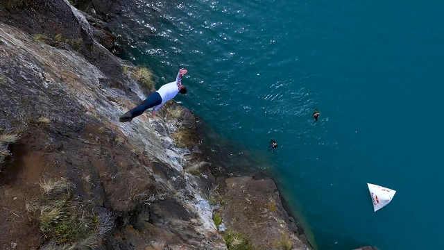 跳水选手从20米高处跳入梦幻冰川湖