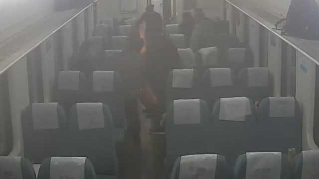 男子喝醉酒,火车上三次点火烧座椅