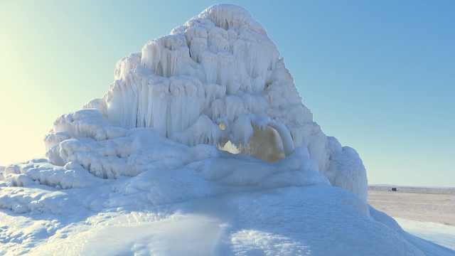 牧民打井遇喷泉,冲出地面冻成冰山