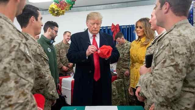 川普访问基地大方签名,或军事违规